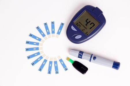 metro de medir: Alto de az�car en sangre en el medidor de glucosa con elementos diab�ticos
