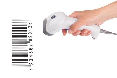 codigos de barra: El esc�ner manual de c�digo de barras en una mano femenina, con el c�digo de barras aislado en un fondo blanco