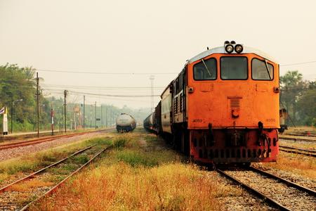 Locomotora vieja y petroleros