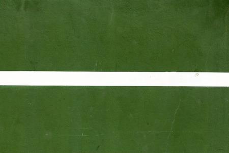 배경으로 흰색 줄무늬와 녹색 콘크리트 벽 스톡 콘텐츠