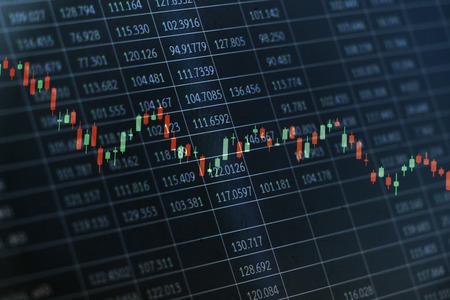株式市場の状況にコンセプチュアル ・ アートとして黒スプレッドシートにランダムな数値データに重ねてローソク足グラフ