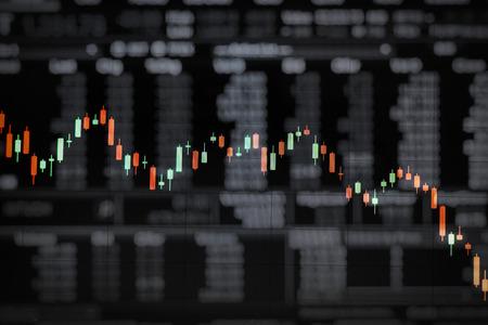 nakładki: Świecowy wykres nałożony na czarnej płycie stanie handlu danymi liczbowymi jako sztuki konceptualnej w sytuacjach giełdowych Zdjęcie Seryjne