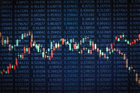 comercio: fotografías superpuestas de gráficos de velas sobre fondo negro números aleatorios tomados de una pantalla de ordenador portátil para el mercado de valores concepto de la idea de comercio