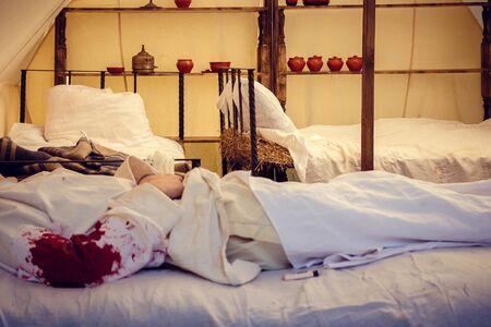 Un soldat blessé de la première guerre mondiale se trouve dans un hôpital de campagne