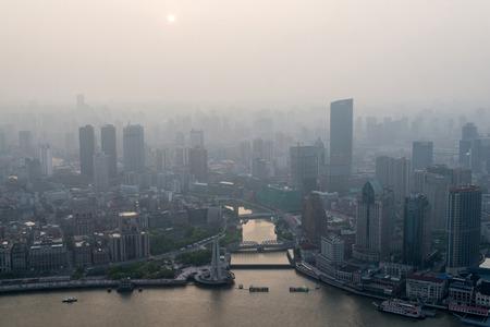 Moderne stad in een vervuiling bij zonsondergang (Shanghai, China) Stockfoto