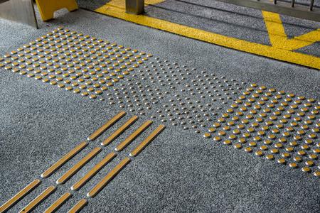 metal tactiele bestrating voor blinde mensen in de grote stad