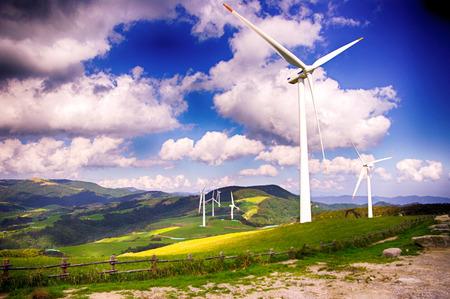 Wiatraki dla energii elektrycznej na zielonym wzgórzu i błękitne niebo białe chmury w Daegwallyeong, Pyeongchang, Korea Południowa