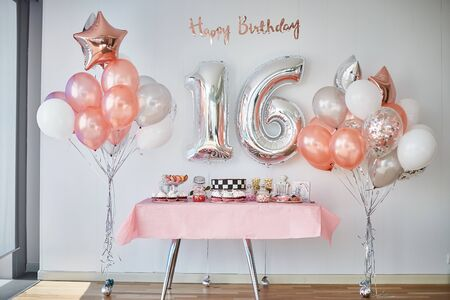 Barra de chocolate y globos, número 16 de globos para celebraciones de cumpleaños. Foto de archivo