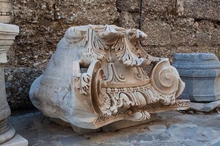 columnas romanas: Capitel antiguas columnas romanas. Foto de archivo