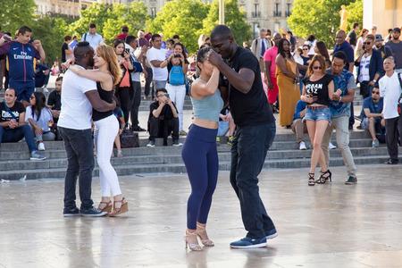 PARÍS, FRANCIA - el 24 de junio de 2017: Jóvenes desconocidos que bailan en la plaza Trocadero cerca del palacio de Chaillot en París.