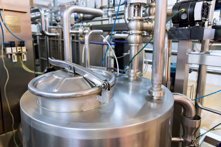 산업용 유제품 생산. 우유 공장에 저장 탱크.