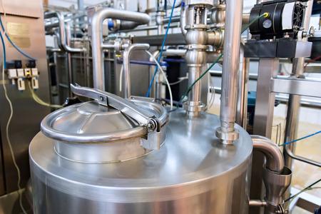 Industriële zuivelproductie. Opslag van stalen tanks op de melkfabriek. Stockfoto