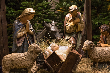 Traditionele nativityscène van Kerstmis bij poetsmiddel rooms-katholieke kerk. Stockfoto - 89684453