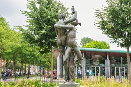 AMSTERDAM, NIEDERLANDE - 25. JUNI 2017: Skulptur Mercury Entführung Psyche (Kopie einer Arbeit von Adriaen de Vries, 1593. Ausgeführt von Louis Gasne, ca. 1895) in der Nähe des Rijksmuseum Dutch National Museum.