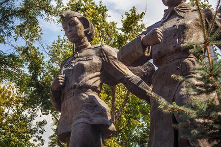 ALMATY, Kasachstan - 27. Juli 2017: Denkmal für die Helden der Sowjetunion Aliya Moldagulova und Manshuk Mametova im Stadtpark. Bildhauer K. Satybaldin. Das Denkmal wurde 1997 eröffnet.