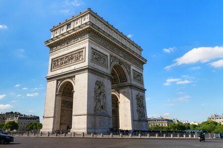 PARIS, FRANCE - 23 juin 2017 : Vue sur le célèbre Arc de Triomphe. L'Arc de Triomphe rend hommage à ceux qui ont combattu et sont morts pour la France lors des guerres de la Révolution française et de Napoléon.