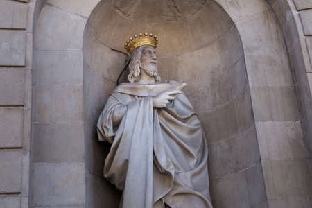 BARCELONA, SPAIN - MAY 15, 2017: Sculpture of the James I the Conqueror in wall niche of the Barcelona City Hall. He was King of Aragon, Count of Barcelona, and Lord of Montpellier from 1213 to 1276. 에디토리얼