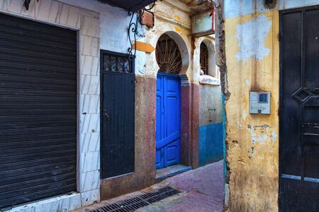 View of the one of the old street in the Tangier Medina quarter in Northern Morocco. A medina is typically walled, with many narrow and maze-like streets. Banque d'images