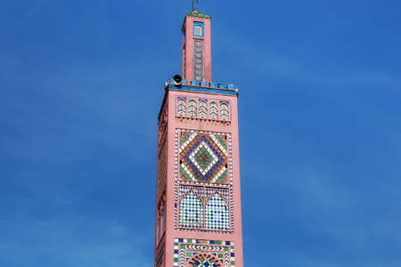 View of the minaret of Sidi Bou Abib Mosque in Tangier, Morocco. Is a mosque near Grand Socco medina area of central Tangier. It was built in 1917 and is decorated in polychrome tiles. Banque d'images