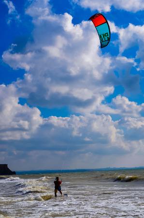 parapente: Kitesurf en las olas del mar Parapente negro