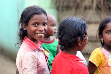niños saliendo de la escuela: Nannilam, India - 11 May 2016: Unidentified children in rural village at Indi Editorial