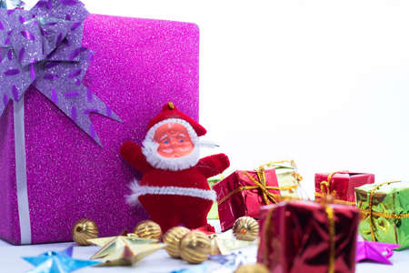 Christmas decoration. Santa Claus with the large gift box is isolated on a white backgrounds Imagens