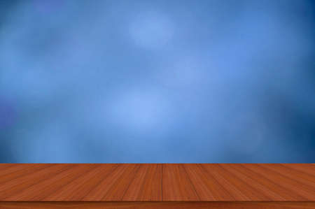 Empty wooden table and blue background with empty spaces Use it for displaying your products. Standard-Bild