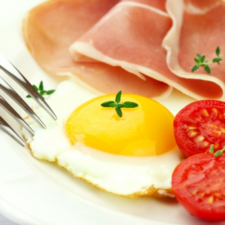 sunny side up: Fried egg, bacon and cherry tomatoes