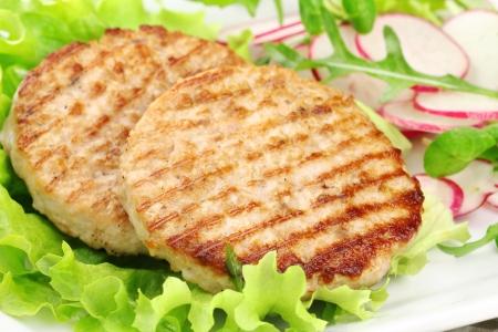 carne picada: Hamburguesas de conejo a la parrilla deliciosos servidos con ensalada fresca y r�bano