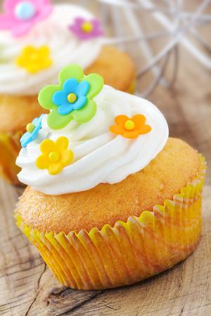 pasta di zucchero: Deliziosi dolcetti decorati con coloratissimi fiori in pasta di zucchero e crema di burro Archivio Fotografico