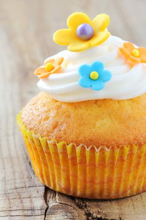 pasta di zucchero: Deliziosi dolcetti decorati con colorati fiori in pasta di zucchero e crema di burro Archivio Fotografico