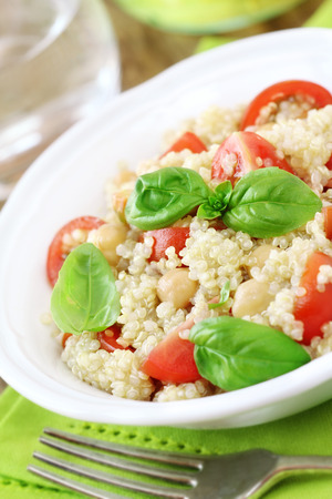Quinoa and cherry tomato salad with the leaves of fresh basil 版權商用圖片