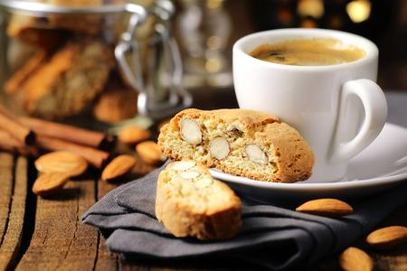Buen concepto de la mañana - el desayuno espresso espumoso café acompañado de deliciosas galletas de almendras italiano cantuccini