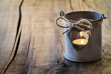 bougie coeur: Romantique shabby chic et d�corative lanterne de l'�tain avec un coeur pour la Saint Valentin saluant avec copie espace