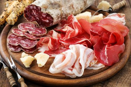 Italiaanse vlees plateau - prosciutto ham, bresaola, pancetta, salami en parmezaanse kaas Stockfoto