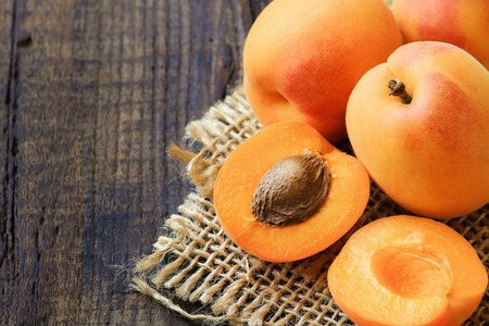 apricot kernel: Fresh ripe apricots on a rustic wooden table