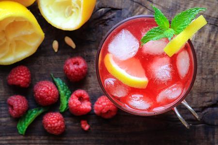 limonada: refrescante limonada casera con frambuesas y menta francés Foto de archivo