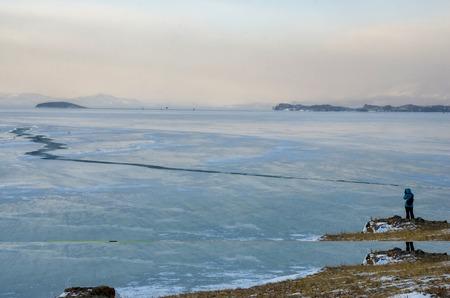 Lago Baikal y roca en el frío de diciembre. Tiempo de congelación Los témpanos de hielo están nadando en el agua Foto de archivo - 92599103
