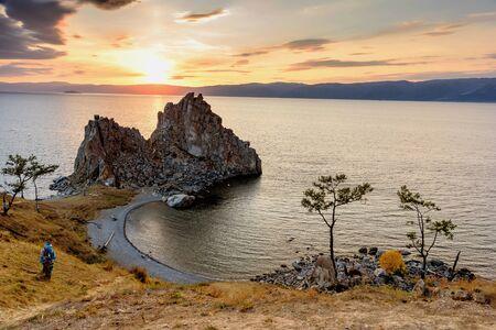 Shamanka Rock en el lago Baikal cerca de Khuzhir en la isla Olkhon en Siberia, Rusia. Atardecer en el lago Baikal