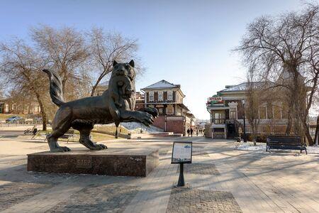 IRKUTSK, RUSSIA - NOVEMBER 6, 2019: Babr Sculpture siberian tiger symbol of Irkutsk city Banque d'images - 137609773