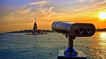 hdr: Jetant un regard sur la tour de la jeune fille, � Istanbul en Turquie. (Appel�e Kiz Kulesi en Turquie).