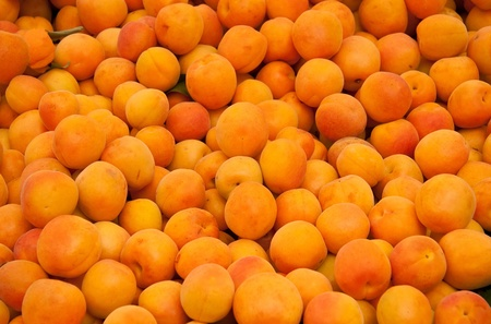 Heap Of Fresh Organic Apricots At A Street Market In Istanbul, Turkey.  Carsamba Fatih Pazari (Bazaar) Stock Photo