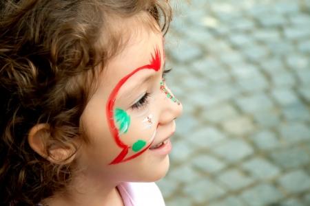 pintura en la cara: Por un artista en un festival