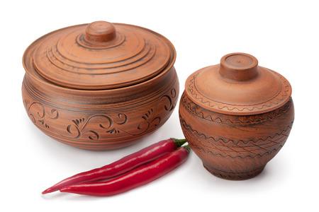 ollas de barro: ollas de barro y pimientos aislados sobre fondo blanco