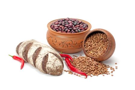 ollas de barro: ollas de barro, las legumbres, la pimienta y pan aislados sobre fondo blanco