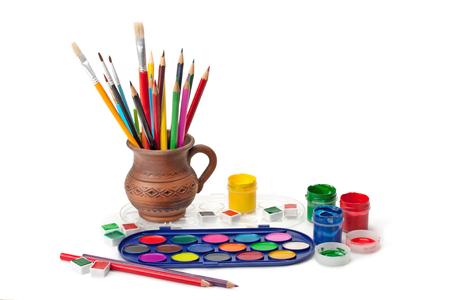 lapiz: pinturas, gouache, cepillo, l�pices de colores en una jarra de barro aisladas sobre fondo blanco