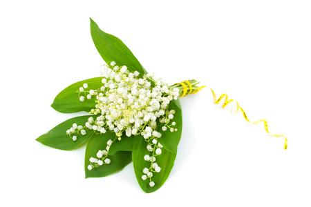 흰색 배경에 흰색 릴리 밸리의 (Convallaria majalis)의 꽃다발. 스톡 콘텐츠