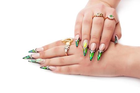 Schöne weibliche Hände mit der hellen Maniküre getrennt auf weißem Hintergrund.