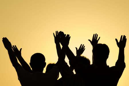 mujeres orando: foto tonos especiales f  x, punto de enfoque en las personas (selectiva)