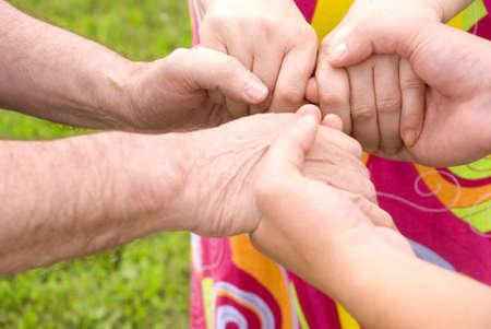 solidaridad: Concepto de familia (punto de enfoque en manos de la mujer)  Foto de archivo